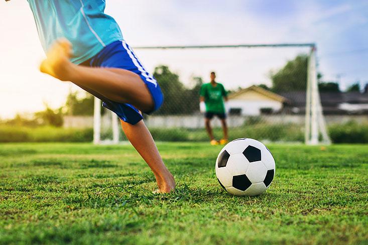 jouer au foot dans son jardin