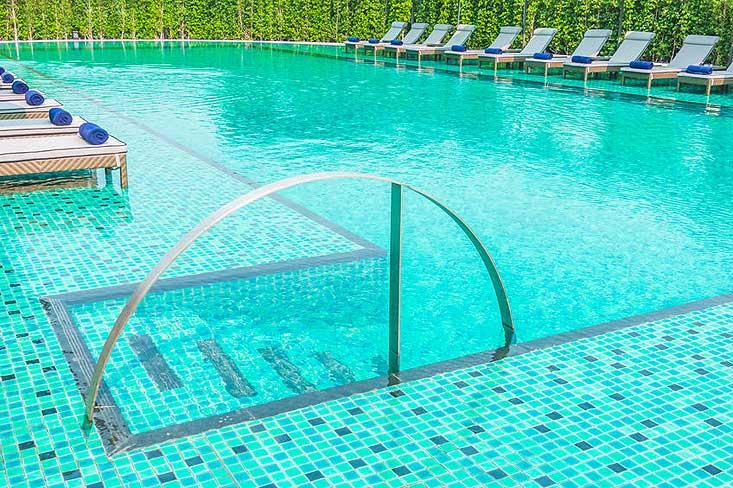 piscine nettoyée avec une pompe à filtration